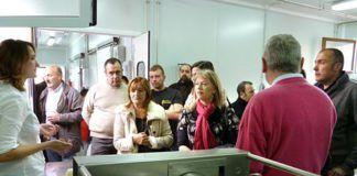 Junto a concejales y representantes políticos, explicación de la elaboración del queso casín.