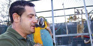 Gonzalo Rubio acariciando a un guacamayo en el Núcleo zoológico El Bosque.