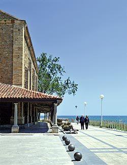 Paseo marítimo junto a la Iglesia de Santa María, en Luanco (Gozón)