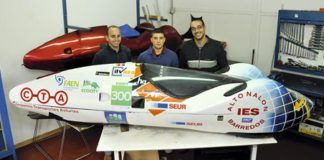 De izquierda a derecha: Francisco Díaz, jefe de equipo, Víctor Asenjo, piloto, y Luis Montero con el prototipo de coche eléctrico premiado.