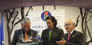 La Asociación Amigos de Cudillero agradeció la colaboración del periodista Juan Ramón Lucas haciéndole entrega de una miniatura de un barco de pesca.