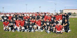 El equipo de Madbulls (en rojo) el día de su debut contra los Cantabria Bisons