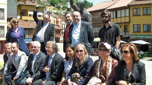 José Andrés con parte de la directiva de la Asociación Mierenses en el Mundo