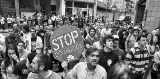Miembros de la Plataforma Afectados por la Hipoteca y del 15M intentan parar un desahucio en Oviedo. Foto de Javier Bauluz.