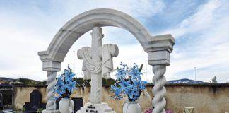 Lápidas en cementerio.