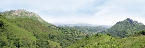 Panorámica del concejo con el Pico Mostayal a la izquierda y el Macizo del Monsacro a la derecha.