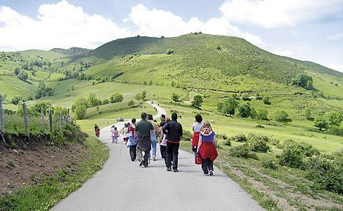 Marcha senderista por el Camín Real de la Mesa en Belmonte de Miranda