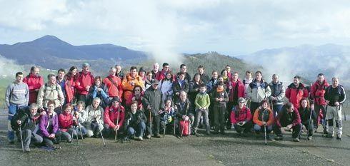 Miembros del Grupo de Montaña Estoupo en la Braña de Aristébano, realizando en 2012 la ruta del Fielato.