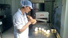 Maribel Bruch dando forma al queso casín, en Bueres.