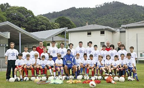 Saúl Fernández, jugador de la S.D. Ponferradina, con los jóvenes que participaron en el campus que lleva su nombre