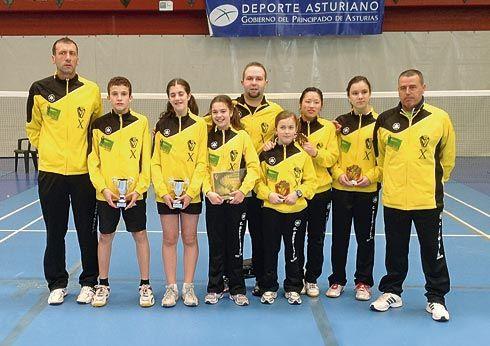 Técnicos y jugadores galardonados en el Campeonato de España Sub-15 y Minibádminton celebrado en Vegadeo.