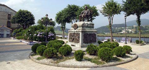 Estatua de Ramón de Campoamor. Navia, Asturias