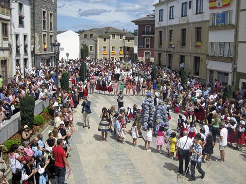 Danza Prima en la Plaza del Ayuntamiento, Navia - Asturias.