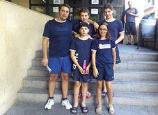 Club Natación Villa de Navia. Diego, Lorenzo, Manuel y Sabina con su entrenador, Dani, en Manresa, Campeonato de España Alevín.