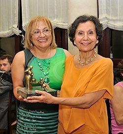 Entrega del galardón Guisandera de Oro a Gloria Grande Mingo por parte de Amada Alvarez Pico