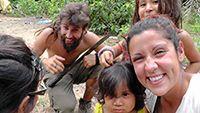 Alejandro Pérez y Aris Fernández con niños de la comunidad Tres Hermanos en el Amazonas boliviano