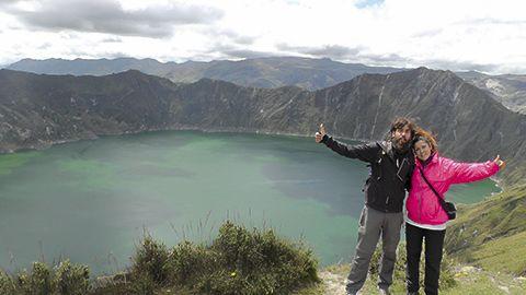 Alejandro Pérez y Aris Fernández en Laguna Quilotoa, la zona interior de Ecuador.