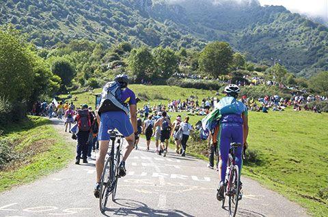 Ciclistas cerca de La Cuesta Les Cabanes