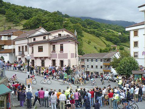 La Vuelta Ciclista a su a su paso por La Vega de Riosa.