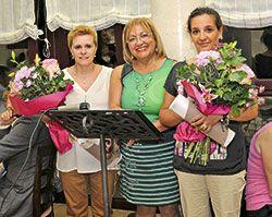 Amada Álvarez Pico, presidenta del Club, con las nuevas Guisanderas