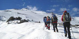 Montañeros equipados para la nieve