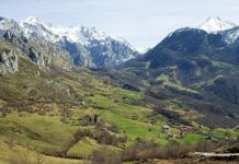 Vista de la localidad de Amieva y su entorno