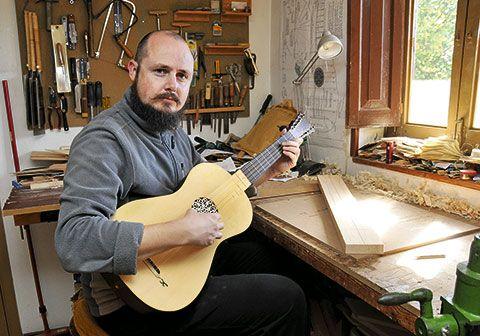 Carlos Ardura. Artesano violero.
