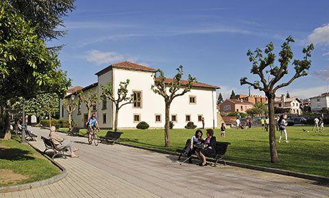 """Parque Alfonso X """"El Sabio"""", al fondo Palacio Marqués de Santa Cruz, en Pola de Siero"""