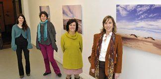 Inauguración de la exposición 'Instante Preciso' en la galería Lola Orato (Oviedo). De izquierda a derecha: Cristina Ferrández y Lorena Lozano, artistas; Lola Orato, directora de la galería; Natalia García, responsable del Festival Miradas de Mujeres en Asturias.