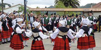 Grupo folclórico en Cabranes