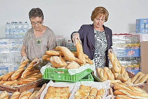 Voluntarias de Cáritas San Pablo, en Oviedo, clasifican los excedentes de panadería