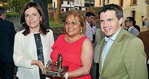 Esther Manzano con la Presidenta del Club de Guisanderas Amada Álvarez, y el Presidente de Hostelería de Asturias, José Luis Álvarez, durante la entrega del premio.