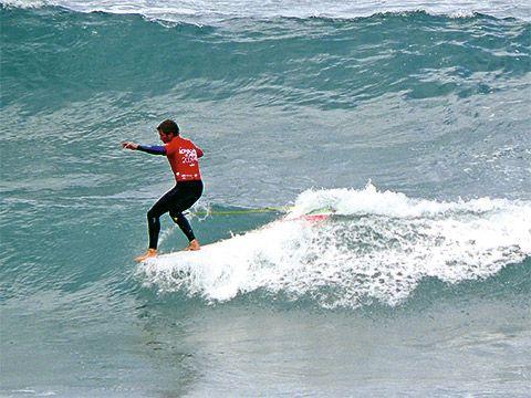 Practicando surf en la costa de Tapia
