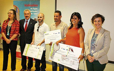Los galardonados junto con Marta Pérez, directora de Valnalón, Graciano Torre, Consejero de Economía y Empleo y María Fdez., Alcaldesa de Langreo.