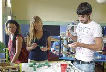 Marlijn Ploegmakers, a la izquierda, junto a miembros del equipo del Atelier en su taller de ocio.