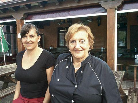 Ana María Paredes junto a su hija Emilia a la puerta del restaurante