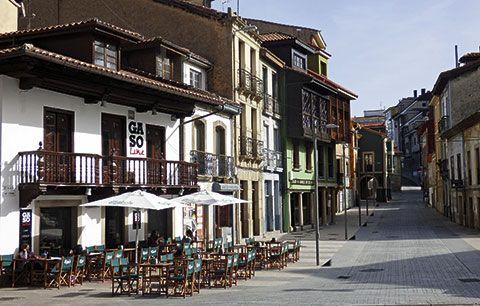 Calle San Antonio en el casco antiguo de Siero
