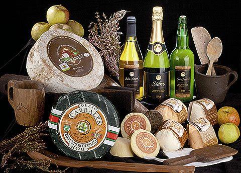 Bodegón de quesos y variedades de sidra