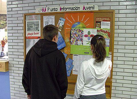Jóvenes en punto de información juvenil
