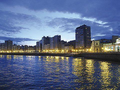 Vista nocturna del Paseo San Lorenzo (Gijón)