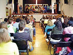 Actuación teatral de miembros de la UTE en el IES de Ciaño