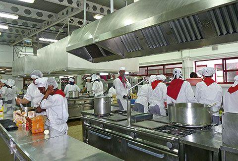 Alumnos del departamento de hostelería en las instalaciones del I.E.S. de Foz