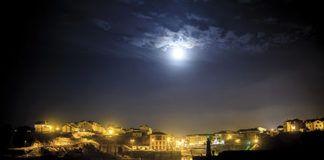Vista nocturna de la villa de Tapia