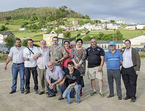 La alcaldesa Begoña Calleja con los participantes del Campeonato de Patefa 2014 (Vegadeo)
