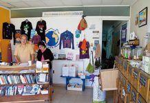 Pablo Casado y Carmen Doctor en el local de la Asociación La Casa Azul (Navia)
