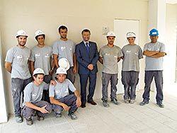 Ignacio García Palacios, alcalde de Navia, con los integrantes de la Escuela Taller en la futura ubicación del archivo local