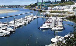 Vista del puerto deportivo y los astilleros en Figueras
