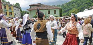 El Grupo Folclórico L'Angliru en las Fiestas de San Antonio 2015