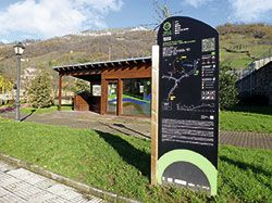 Cartel de ruta, junto a la Oficina de Turismo