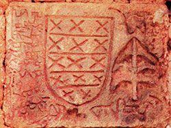Escudo con indescifrables inscripciones en la torre de Cazu (Ponga).